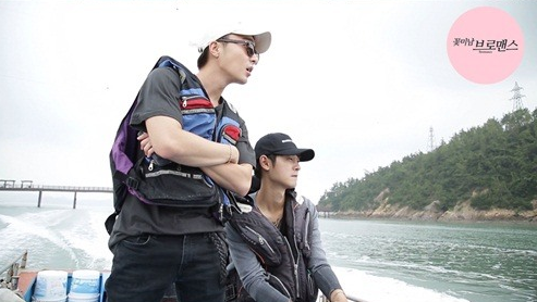 """Watch: Roy Kim And Jung Joon Young Try To Catch Fish And Pokemon On """"Celebrity Bromance"""""""