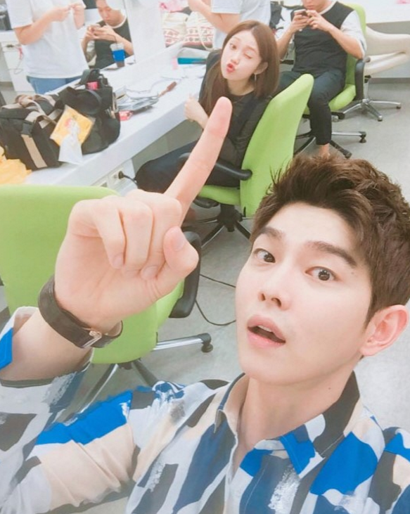 "Yoon Kyun Sang Takes Silly Selfie With Lee Sung Kyung On Set Of ""Doctors"""