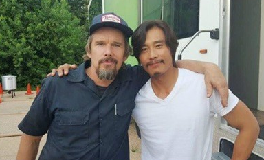 "Lee Byung Hun And Ethan Hawke Show Off Their Friendship On Set Of ""The Magnificent Seven"""