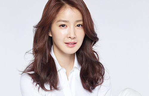 "Lee Si Young Posts Shocking Photo From Filming Of Action Movie ""Midsummer"""