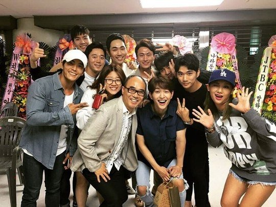"""Descendants Of The Sun"" Cast Members Reunite To Support Onew At SHINee Concert"