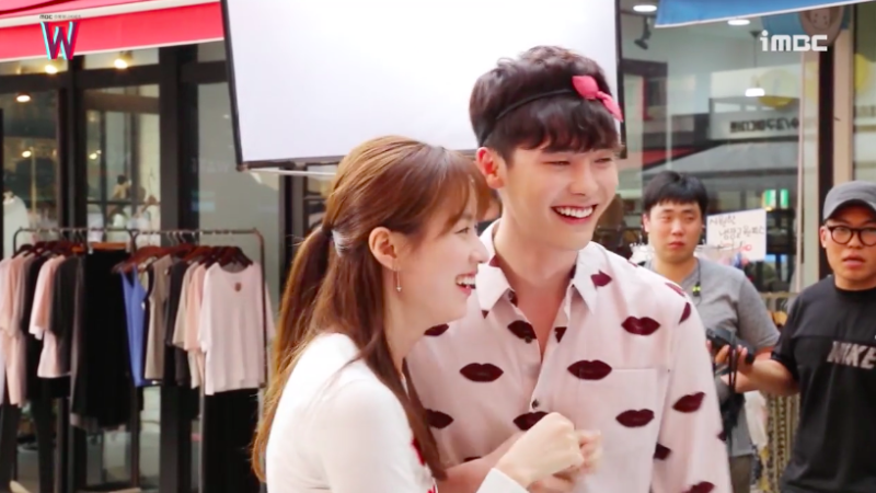 "Watch: Han Hyo Joo Teases Lee Jong Suk For Blushing Behind The Scenes Of ""W"""
