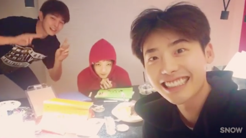 Lee Jong Suk, Yoon Kyun Sang, And Lee Sung Kyung Are Totally Adorable Studying Together