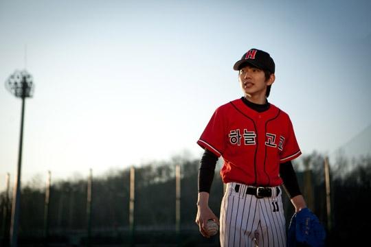 yoo-seung-ho-transforms-into-a-baseball-player_image