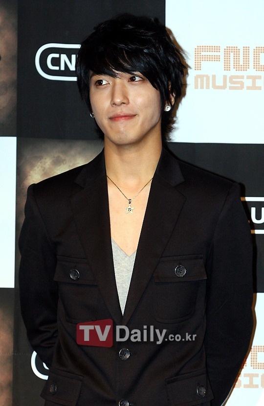 mcs-of-variety-program-hello-could-not-stop-gawking-at-cnblues-jung-yong-hwa_image