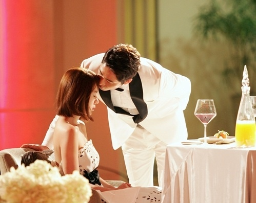 Kang Ji Hwan's Romantic Forehead Kiss and Luxurious Event for Yoon Eun Hye!