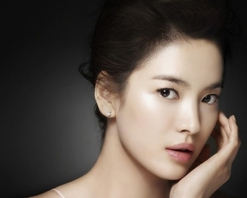 "Song Hye Kyo Graces the Cover of ""ELLE"""