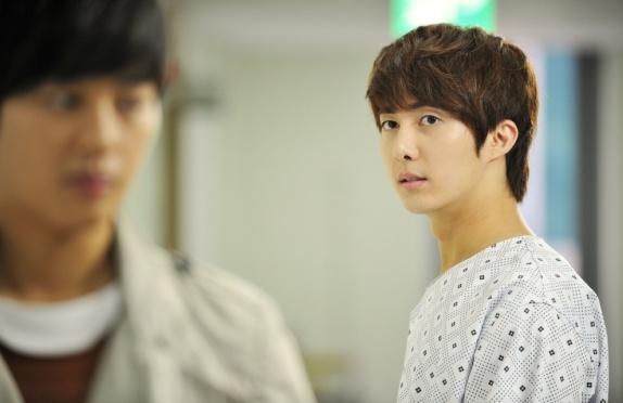 fans-follow-ss501s-kim-hyung-jun-around-in-japan_image