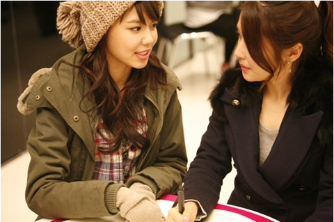 girls-generation-sooyoung-snaps-photo-with-equally-pretty-sister_image