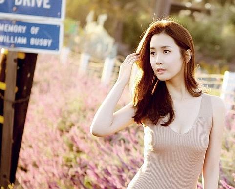 56-lee-da-hae-looks-tiny-compared-to-joseph-cheng_image