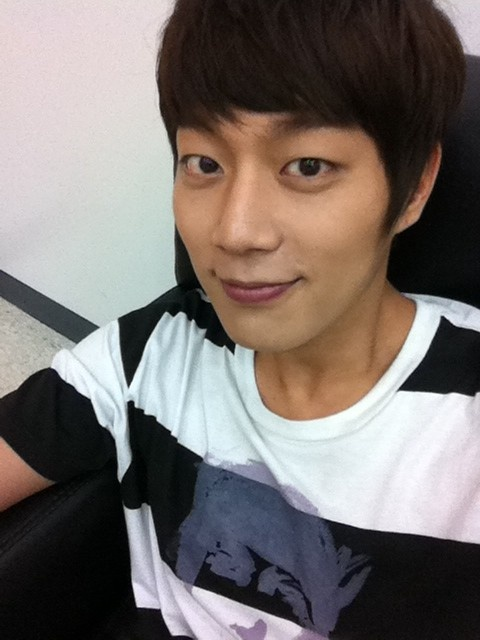 yoon-doo-joon-of-beast-shares-a-shy-selca-through-his-twitter-account_image