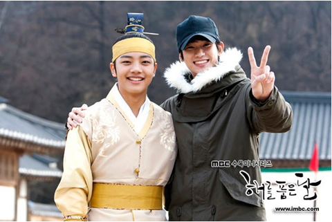 """The Moon that Embraces the Sun's"" Kim Soo Hyun Embarrasses Yeo Jin Goo"