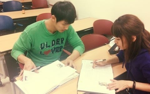 2ams-seulong-is-hard-at-work-in-college_image