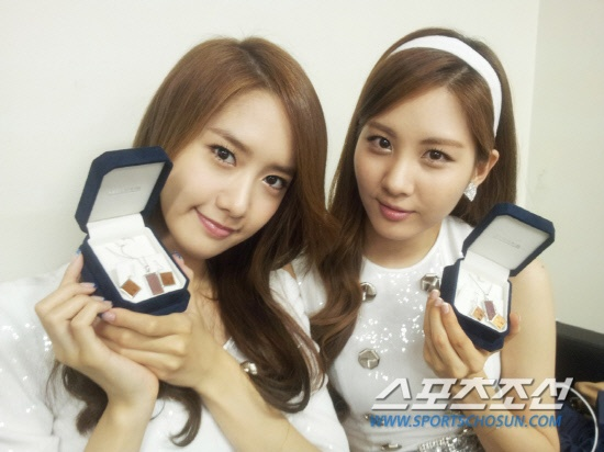 snsd-receives-custom-jewelry-from-intel_image