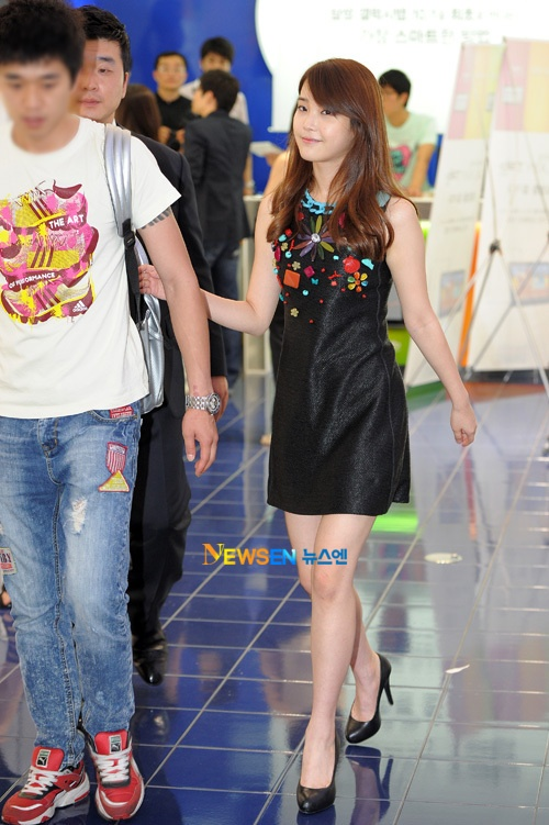 ius-closeness-with-her-goodlooking-manager_image