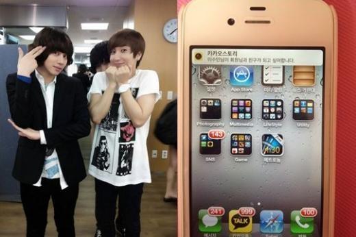 super-juniors-heechul-takes-proof-shot-of-leeteuks-phone-after-he-gave-away-his-phone-number_image