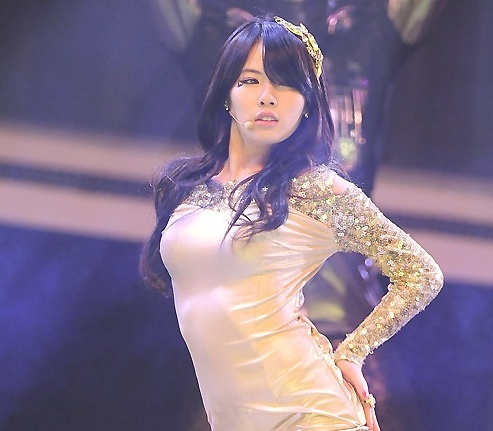 hyuna-receives-a-passionate-kiss-from_image