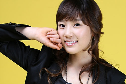 snsds-taeyeon-showing-her-middle-finger-1_image