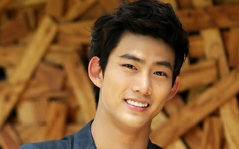 2PM's Taecyeon Shows Good Manner for Japanese Group, Perfume