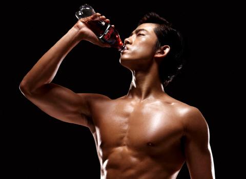 2pm-taecyeon-topless-for-coca-cola-zero_image