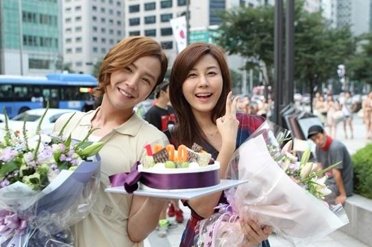 jang-geun-suk-makes-surprise-appearance-during-kim-ha-neuls-acceptance-speech_image