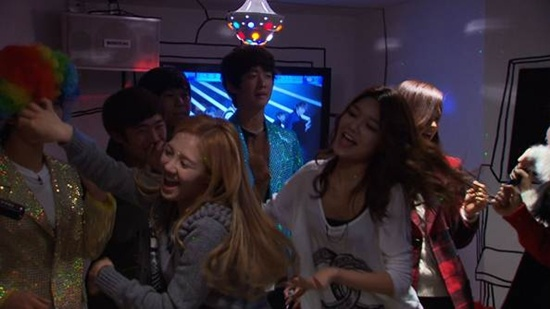 SNSD Parties it Up at a Karaoke
