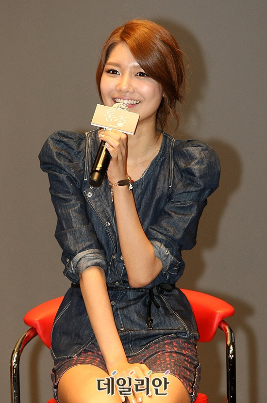 snsd-visits-sooyoung-in-the-hospital-and-wishes-for-a-quick-recovery_image