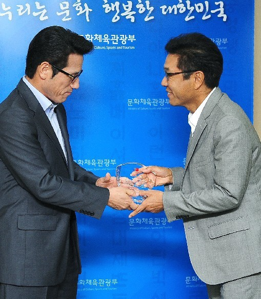 lee-soo-man-believes-in-free-downloads_image