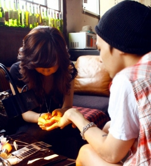 gdragon-spotted-receiving-nail-art_image