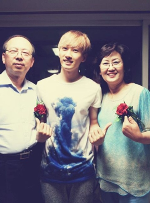 Super Junior's Eunhyuk Snaps a Photo with His Parents for Parents' Day