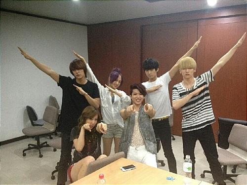 shinees-key-snaps-photo-with-91line-idol-stars_image
