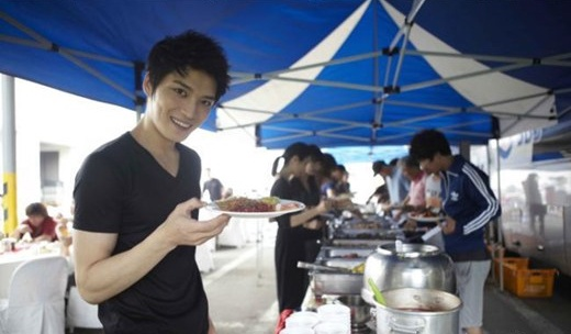 fans-of-jyjs-jaejoong-treats-the-protect-the-boss-staff-to-a-buffet-for-100_image