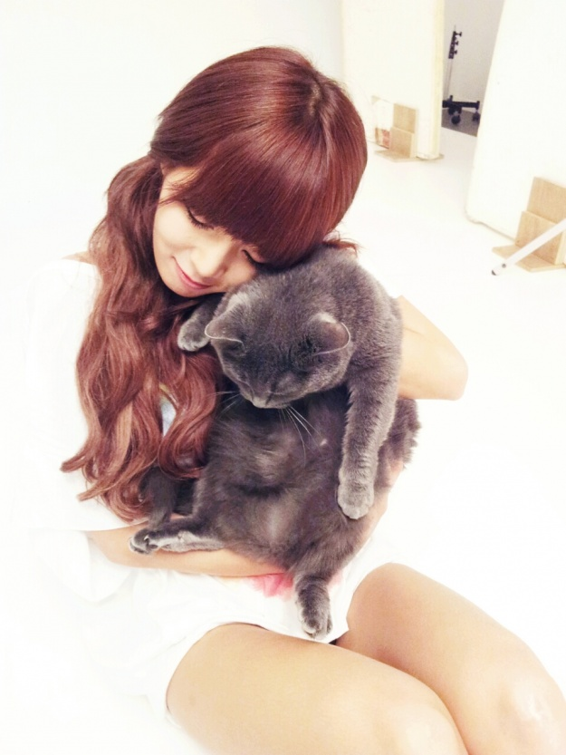 hyuna-updates-twitter-posting-cute-pics-of-her-playing-with-cat_image