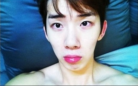 jo-kwon-takes-a-photo-showing-his-bare-upper-body-and-darkcircles_image
