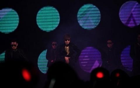 kim-hyun-joong-puts-on-a-show-at-2012-tokyo-girls-collection_image