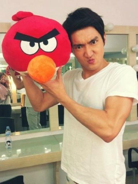 super-juniors-choi-siwon-imitates-an-angry-bird_image