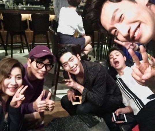 """Le casting de """"Entourage"""" pose pour une photo de groupe ; tvN annonce la date de lancement du drama"""