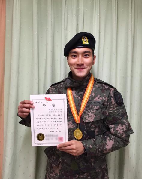 Choi Siwon de Super Junior recibe premio durante su entrenamiento básico