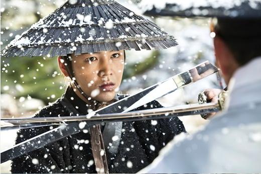 """Jang Geun Suk se enfrenta a un enemigo desconocido en imágenes de  """"Daebak"""""""
