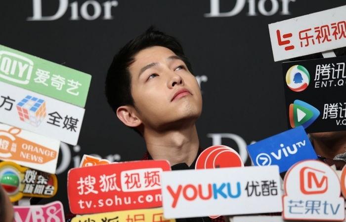 Song Joong Ki se ahoga en un mar de micrófonos