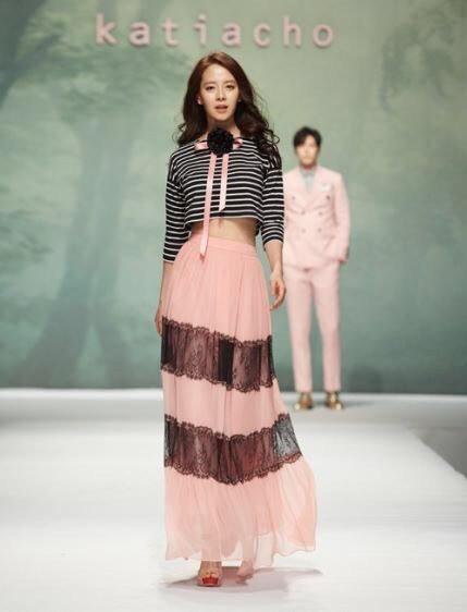 Song Ji Hyo realiza su primer desfile de moda junto a Hong Jong Hyun
