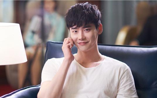 "Lee Jong Suk luce encantador en imágenes reveladas del drama ""W"""