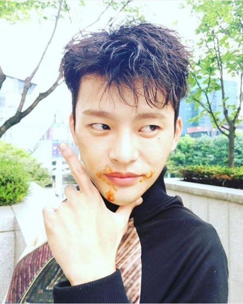 """Seo In Guk actualiza a sus fans desde el set de """"Shopping King Louie"""" con una foto tonta"""