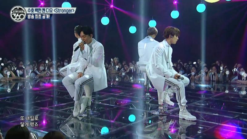 """Suho, Baekhyun, Chen y D.O. de EXO interpretan """"Stronger"""" por primera vez al aire"""