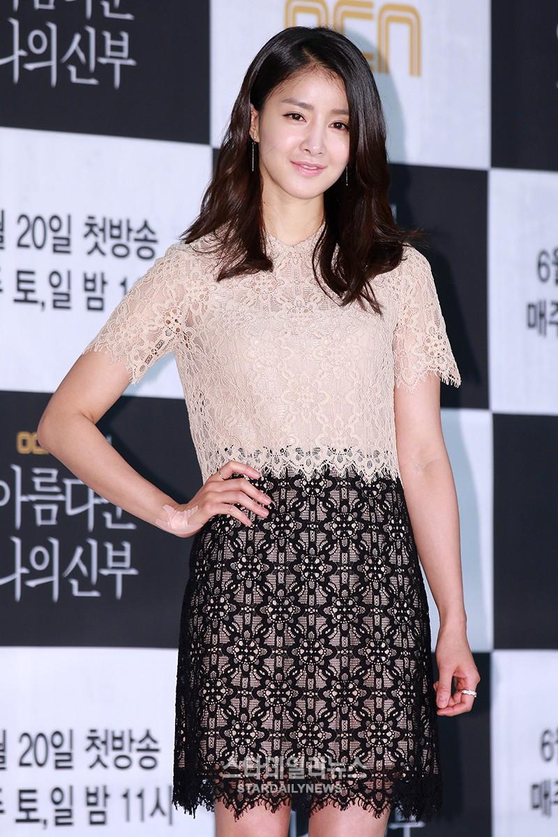 Lee Si Young revela que está en una relación