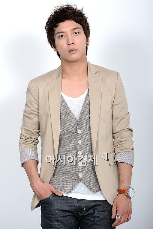 jung-yong-hwa-resembles-bae-yong-jun-in-childhood-photo_image