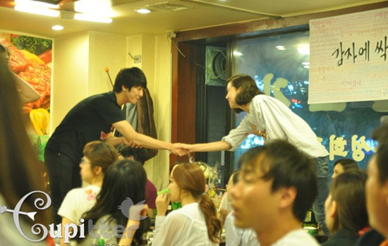 jung-yong-hwas-surprise-visit-to-the-greatest-love-finale-party_image