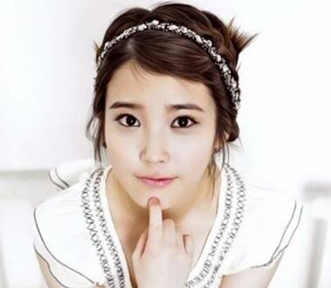 iu-has-close-call-with-a-parrot-on-mv-set-in-japan_image