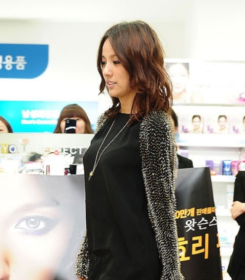 "HyunA's ""Bottomless Fashion,"" Hyori Hates Pepero Day, and More Tweets!"