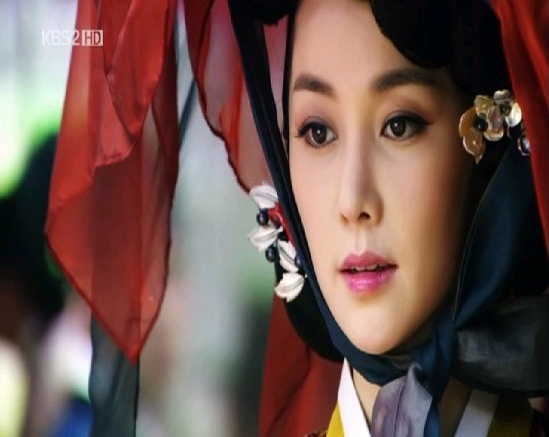"""The Moon that Embraces the Sun's"" Queen Used to Be Part of Girl Group"